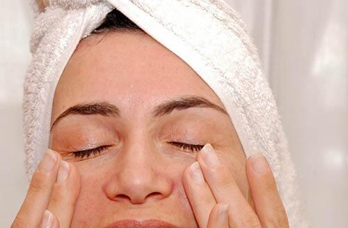 Come rimuovere i pori ostruiti sotto gli occhi